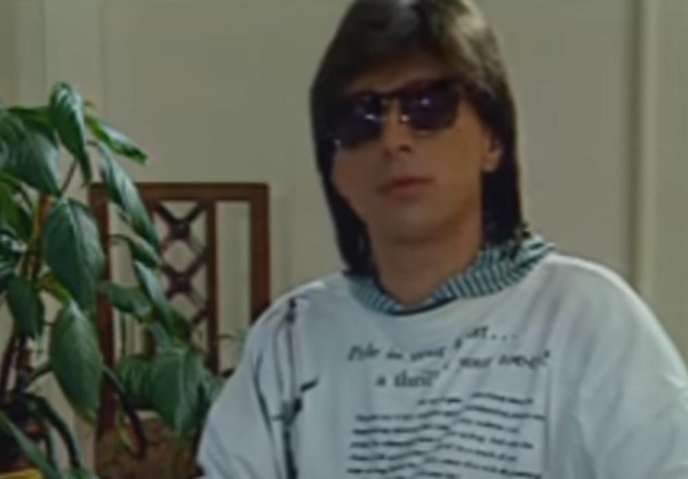 DUGA KOSA, TAMNE NAOČARE: Saša Popović devedesetih snimio hit, evo kako je  izgledao - Express